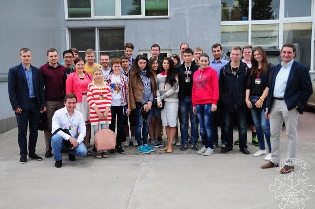 Алексей Коруков (крайний справа) проводит экскурсию для участников Летней школы КЛИППЕР 2015