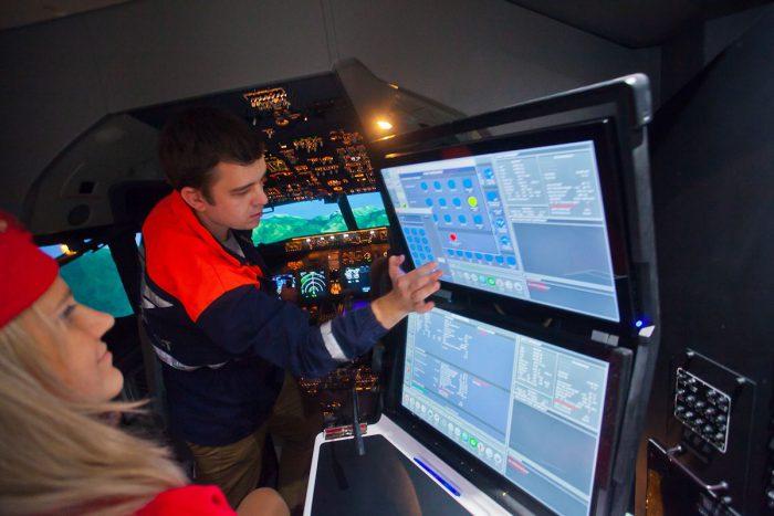 Симулятор настолько качественный и максимально приближенный к реальности, что позволяет пробовать различные режимы и погодные условия для тренировки взлета и посадки