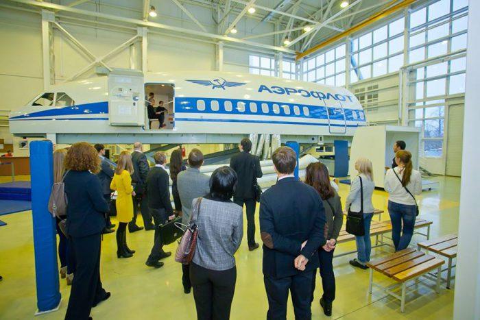 В носовой части самолета проходит процесс обучения будущих стюардесс